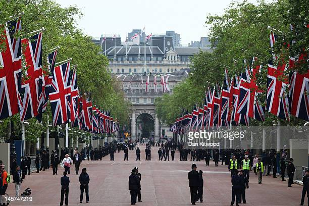 A view of The Mall during the Diamond Jubilee carriage procession prior to the service of thanksgiving at StPaul's Cathedral on the Mall on June 5...