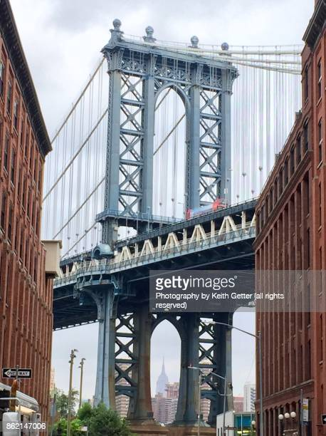 view of the manhattan bridge from the dumbo neighborhood in brooklyn nyc - dumbo imagens e fotografias de stock