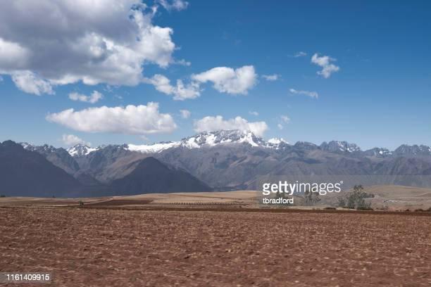 vista de las montañas en la provincia de urubamba, perú - paisajes de peru fotografías e imágenes de stock