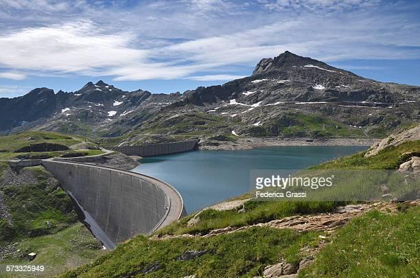view of the naret dam in the swiss alps - stausee stock-fotos und bilder