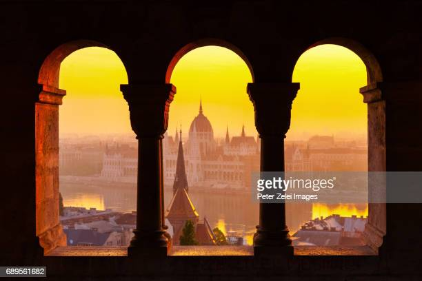 view of the parliament of hungary from the fishermen's bastion at sunrise - budapeste - fotografias e filmes do acervo