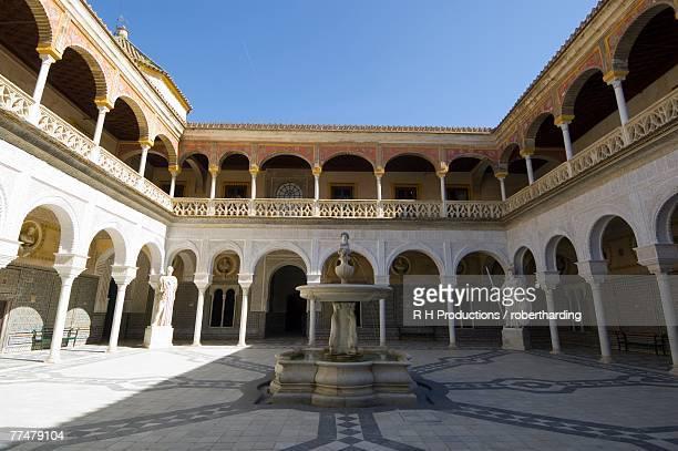 view of the patio principal in casa de pilatos, santa cruz district, seville, andalusia (andalucia), spain, europe - casa stockfoto's en -beelden