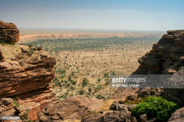 view of the plain from top of bandiagara escarpment - mali stock pictures, royalty-free photos & images