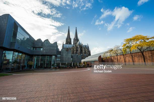 view of the rear of cologne cathedral from a large plaza - städtischer platz stock-fotos und bilder