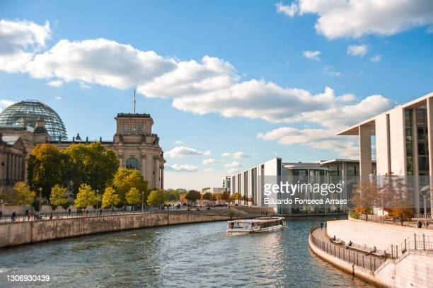 view of the reichstag, the spree river and the marie-elisabeth-lüders-haus (melh) and paul-löbe-haus (plh) buildings - スプリー川 ストックフォトと画像