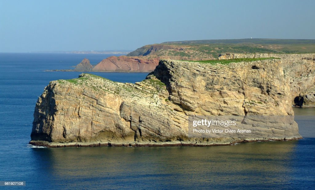 View of the rocky cliffs from Cape St. Vincent near Sagres in the Algarve, Portugal : Foto de stock