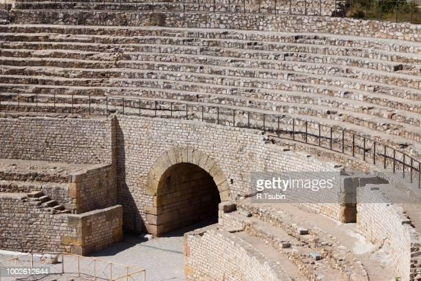 view of the roman amphitheater in tarragona, spain - gladiateur photos et images de collection