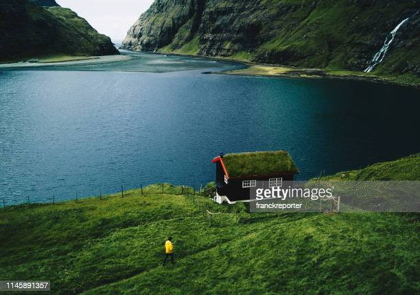 vista del paisaje de saksun en el feroe - islas faroe fotografías e imágenes de stock