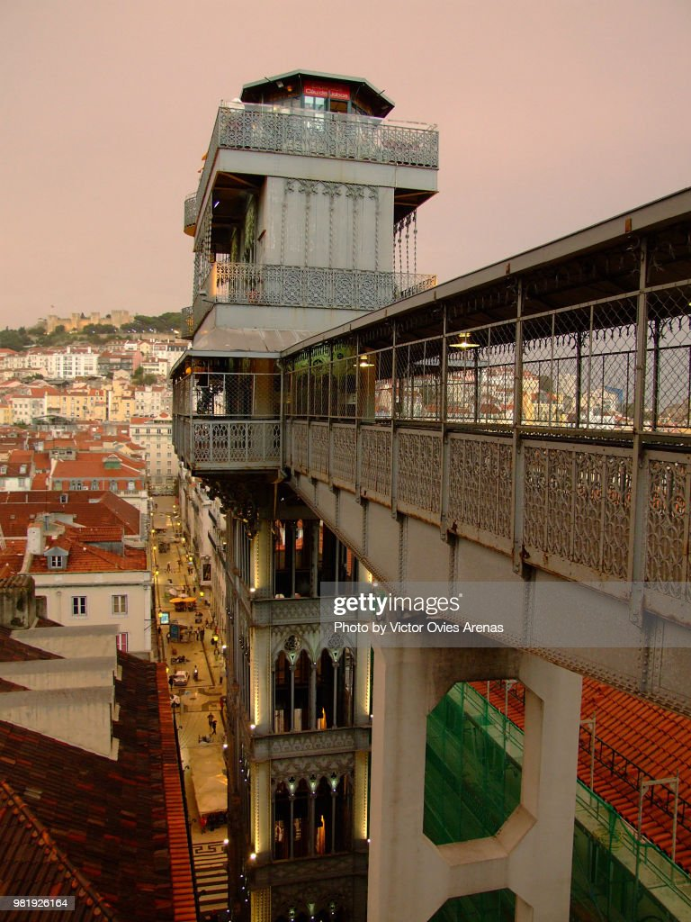 View of the Santa Justa Lift also called Carmo Lift, downtown district and Saint Jorge Castle in Lisbon, Portugal : Foto de stock