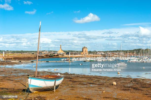 view of the sea, camaret bay, boats and harbor/marina against a sunny clear blue sky - camaret sur mer photos et images de collection