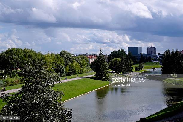 view of the senvage lake (billabong) park in the town of panevezys in lithuania - lituanie photos et images de collection