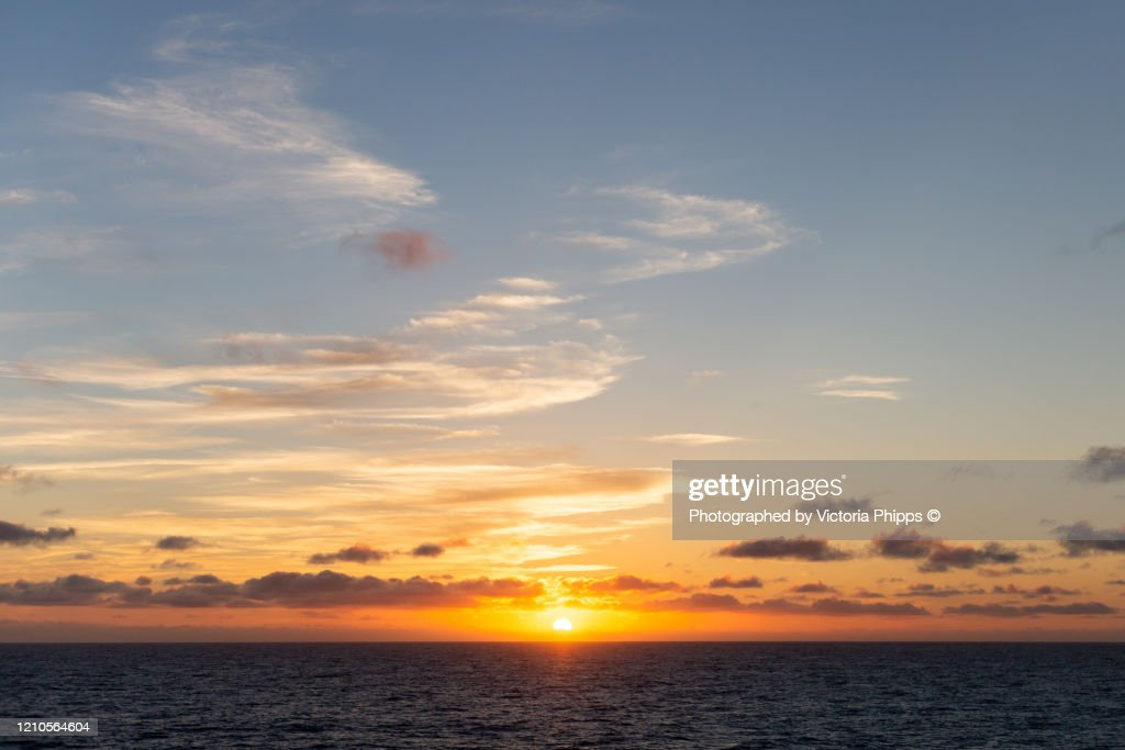 View of the sun setting over the Atlantic Ocean from RMS Queen Mary 2 : Stockfoto