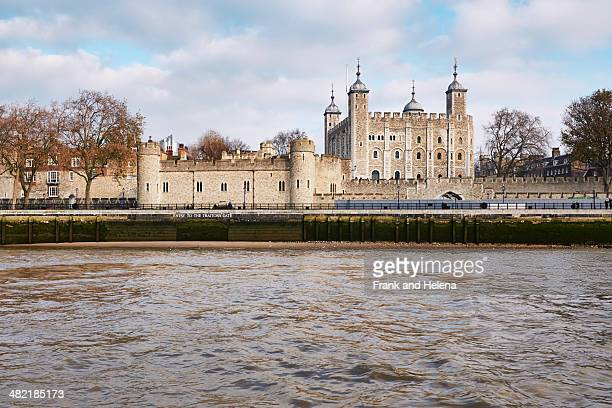 view of the tower of london and the thames, london, uk - fluss themse stock-fotos und bilder
