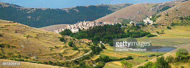 view of the town from the old road to campo imperatore. - parco nazionale d'abruzzo foto e immagini stock