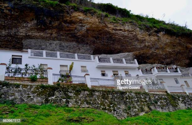 view of the town of setenil de las bodegas in cadiz, - setenil de las bodegas stock-fotos und bilder
