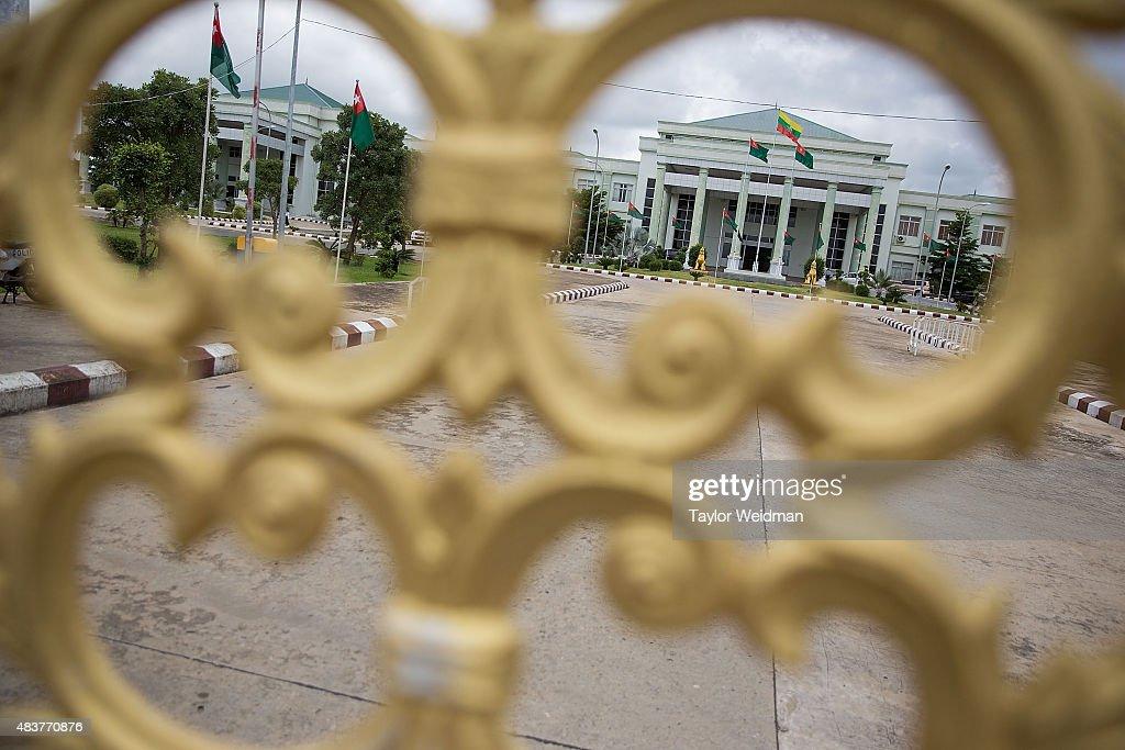 Security Forces Surround Myanmar's Ruling Party's Head Quarters : Fotografía de noticias