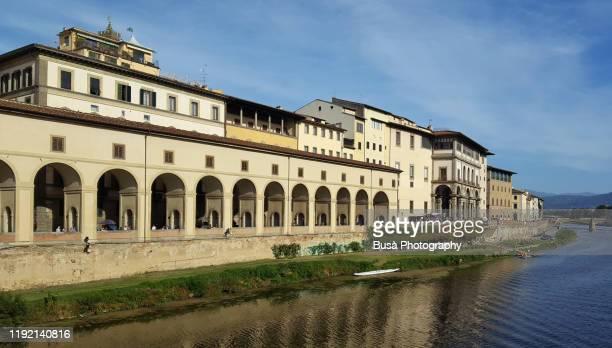 view of the vasari corridor (corridoio vasariano) connecting palazzo vecchio through the uffizi museum with palazzo pitti. florence, italy - pitti foto e immagini stock