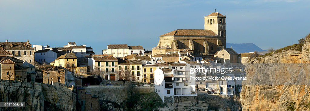 View of the village of Alhama perched along the edge of a deep limestone gorge in Granada, Andalusia, Spain : Foto de stock