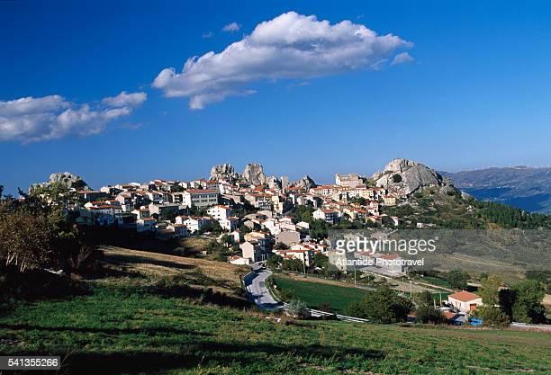 view of the village of pietrabbondante - molise foto e immagini stock