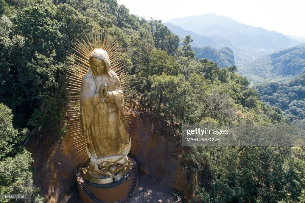 TOPSHOT-MEXICO-RELIGION-GUADALUPE-VIRGIN : News Photo