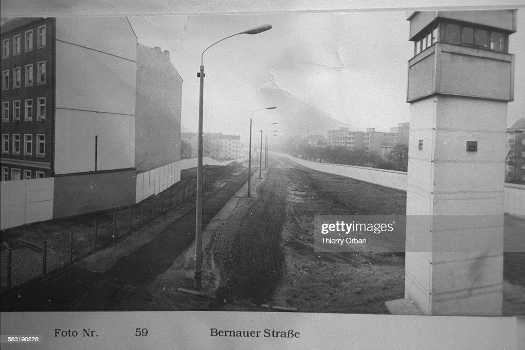 HAGEN KOCH AND HIS ARCHIVES ON THE BERLIN WALL : Foto jornalística