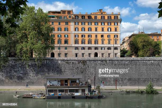 view of tiber riverbank on a sunny day. - emreturanphoto stock pictures, royalty-free photos & images