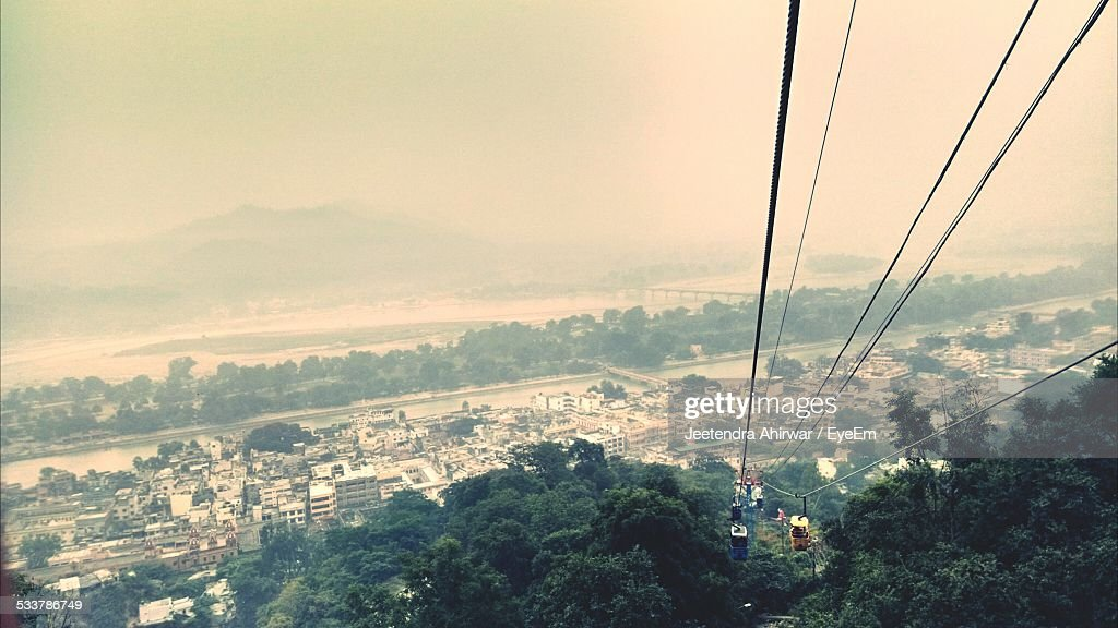 View Of Town And Overhead Cable Car : Foto stock