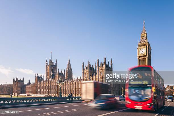 view of traffic in front of big ben and houses of parliament - double decker bus stock pictures, royalty-free photos & images