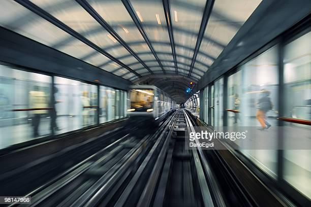 vue sur turin métro titres, avec des personnes qui attendent à l'extérieur - turin photos et images de collection