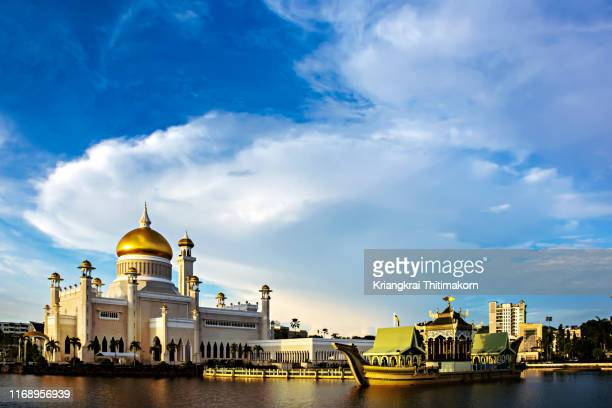 view of view of omar ali saifuddien mosque. - brunei stock pictures, royalty-free photos & images