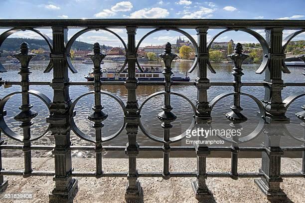 view of vitava river behind iron fences,prague - emreturanphoto stock-fotos und bilder