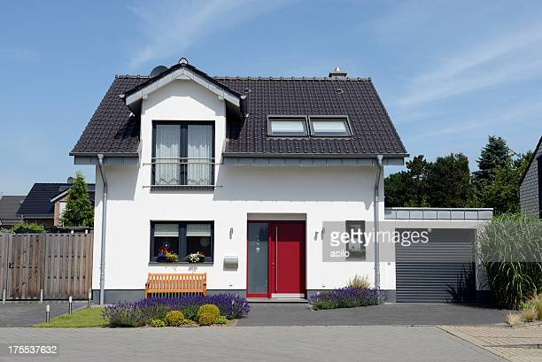 view of white house with garage from the front - duitsland stockfoto's en -beelden