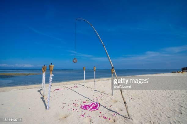 view of white sandy beach at gili terawangan, bali indonesia. - shaifulzamri 個照片及圖片檔