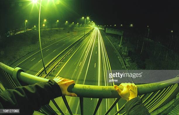 blick auf den freeway-brücke mit händen auf geländer - weitwinkel stock-fotos und bilder