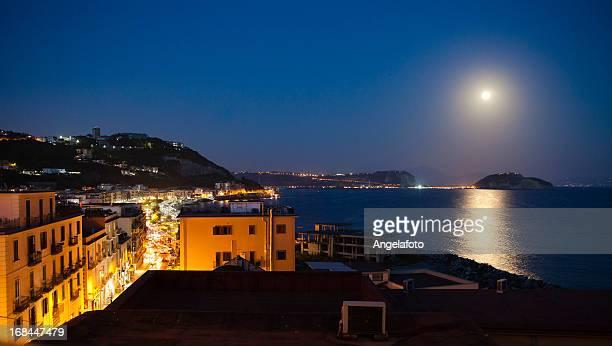 Vista sul Golfo di Napoli da notte con luna