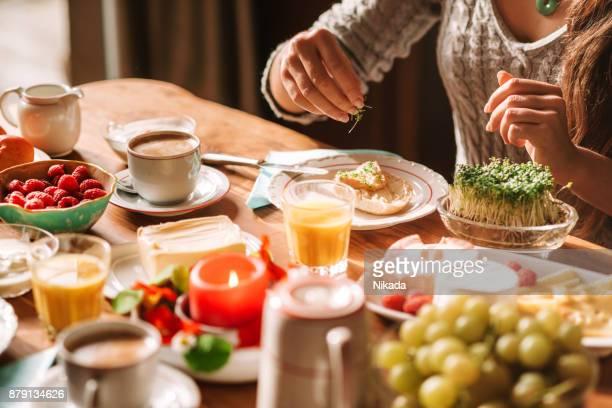 zeigen am frühstückstisch an - sonntag stock-fotos und bilder