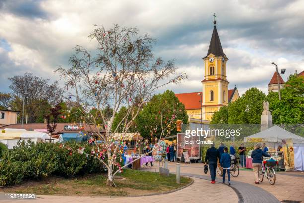 view on easter eggs on a tree in siofok, hungary - saint eloi photos et images de collection