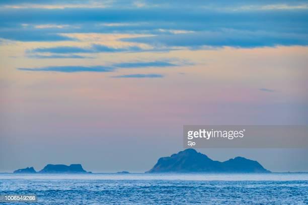 表示 Gaukværøya と Litløya 諸島ノルウェー北部で冬の日没時に