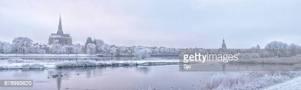 Kijk op de Kampen en de rivier de IJssel in de winter in Holland