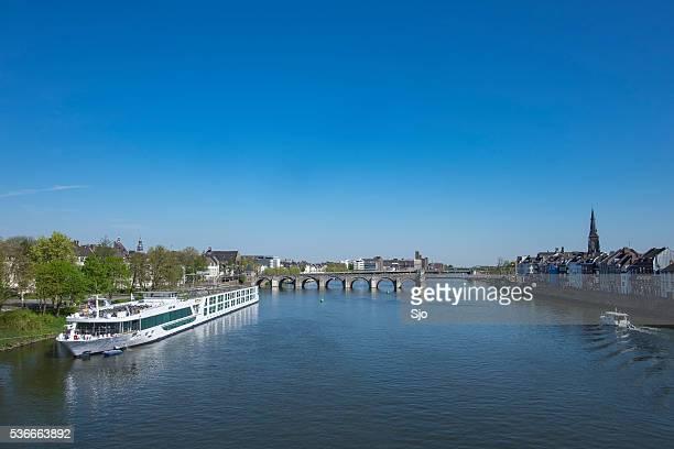 Visualizar em Maastricht com a Servatius ponte sobre o Meuse