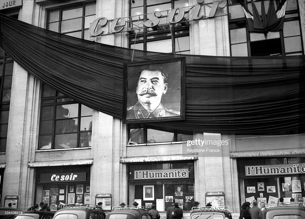 View on March 6, 1953 of the front of the 'HUMANITE' offices (a French Communist newspaper in Paris) covered with a black mourning crepe and a picture of STALIN after the death of the supreme ruler of the USSR which took place the day before. Numerous portraits of the dictator also decorate the windows.