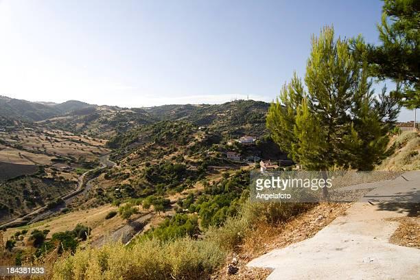 vista a las montañas en roseto capo spulico, calabria, italia. - calabria fotografías e imágenes de stock