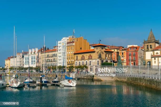 ヒホンの古いポートやヨット、スペイン北部のビュー - ヒホン ストックフォトと画像