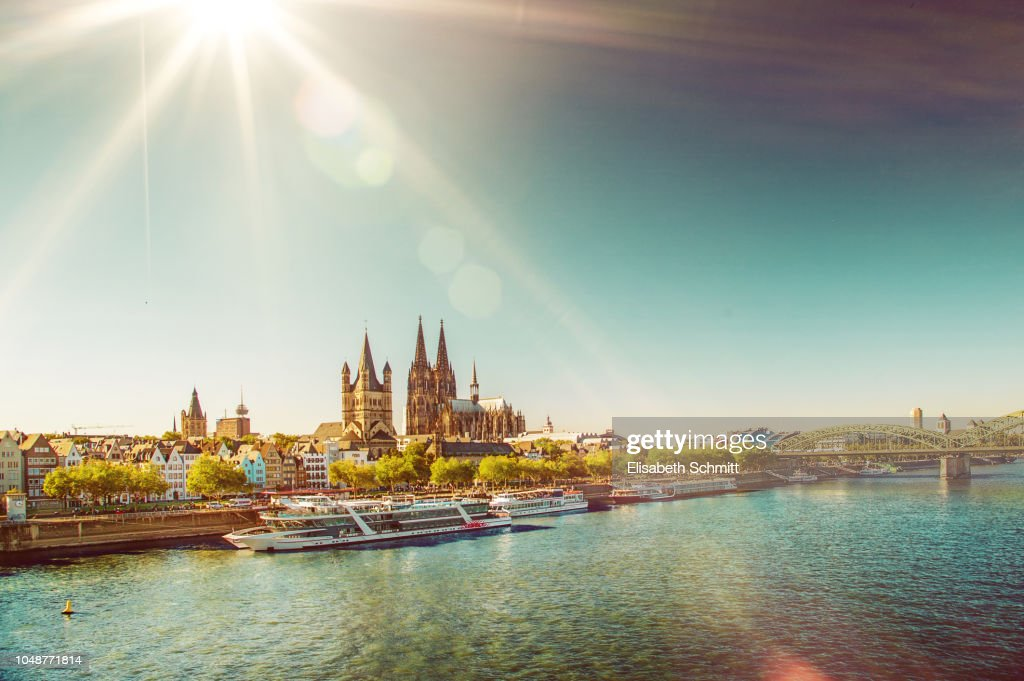 View on the Cologne Cathedral with Rhine and a tourist boats : ストックフォト