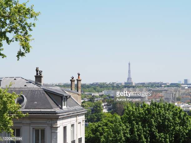 view on the eiffel tower, from saint-cloud, during covid-19 crisis, with no air pollution - hauts de seine stock pictures, royalty-free photos & images