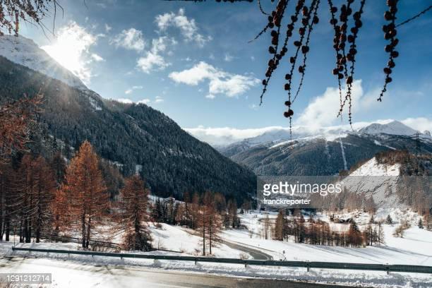 vista sul monte bianco da le thuile - valle d'aosta foto e immagini stock
