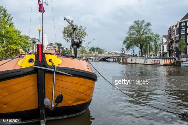 Uitzicht op de rivier de Amstel in Amsterdam met woonboten