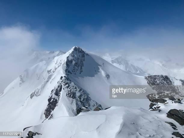 blick auf die verschneiten tiroler alpen in österreich an einem schönen wintertag - sölden stock-fotos und bilder