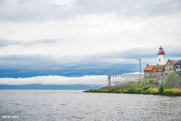 kijk op urk eiland met een vuurtoren op het ijsselmeer in flevoland - flevoland stockfoto's en -beelden
