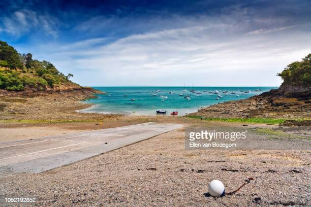 view over a fishing bay at cancale, a touristic seaside resort situated on the coast of the english channel - cancale photos et images de collection